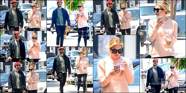 """13 Mai - Notre Ashley Benson a été vue quittant le """"Cafe Zinque"""" en compagnie d'un ami dans Los Angeles."""