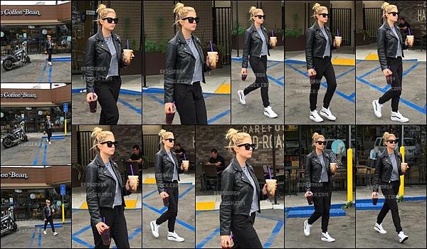25 Mai - Nous retrouvons ce jour notre magnifique Ashley Benson, quittant le Coffee Bean à Los Angeles. TOP