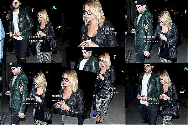 """10 Mars 2014 - Nous retrouvons notre jolie menteuse, au naturel, sortant du restaurant """"Craig's"""" à Los Angeles."""
