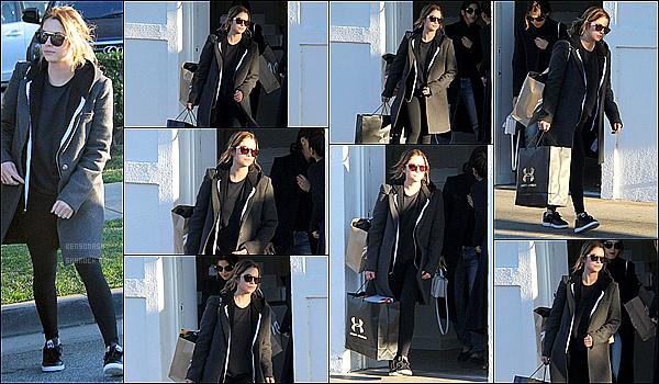 22 Avril - Notre actrice préférée, Ashley Benson, a été vue alors qu'elle faisait du shopping dans Los Angeles.