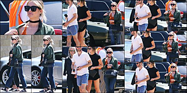 29 Mai - La belle Ashley Benson a été repérée par les paparazzis, se baladant avec des amis dans Malibu.