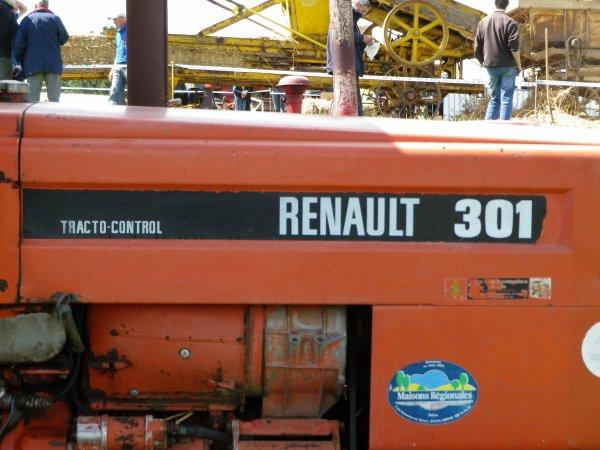 Renault 301 avec sa charrue 1socs ( hydraulique )