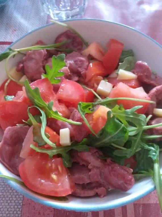 Salade de gésiers, tomates, emmental et roquette