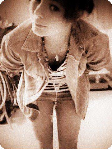 J'ai pas un c½ur de pierre Je suis une petite fille en verre Sous mes aspects difficiles Se cache un c½ur fragile Ne te fis pas aux apparences Ne rentres pas dans cette danse  Je ne suis pas celle que tu crois  Mon c½ur n'est pas si froid