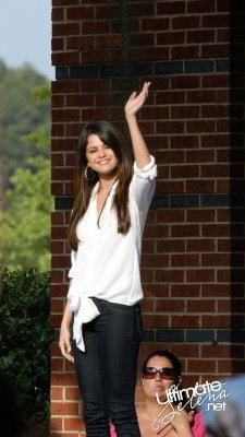 Monte Carla Mall Tour : Jeudi 16 Juin Selena continuant le Monte Carlo Mall Tour en se rendant dans un centre commercial en Giorgie