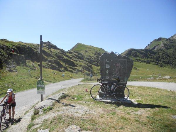 Le haut du col de sarennes 1999 mètres, pentes entre 8 et 13% depuis bourg d' oisans en passant par le barrage du chambon, Mizoen puis l' alpes d'huez, col assez dur a monté et route mauvaise..... Le tour de France la pris dans l' autre sens.