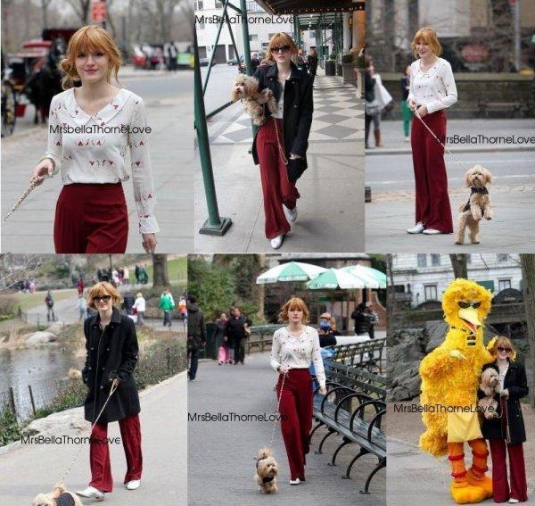 Bella quittant son hôtel et dans les rues de New York