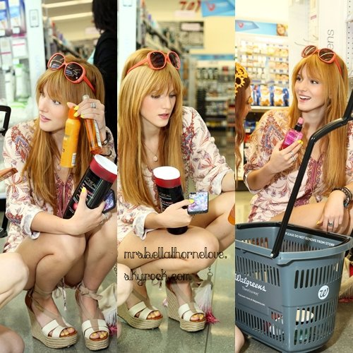 Bella Thorne et sa soeur faisant du shopping à Los Angeles le 25 avril 2013
