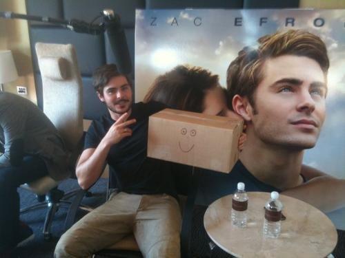 ★.•°•.•  Zac et une jolie petite boite en carton ;) •.•°•.★