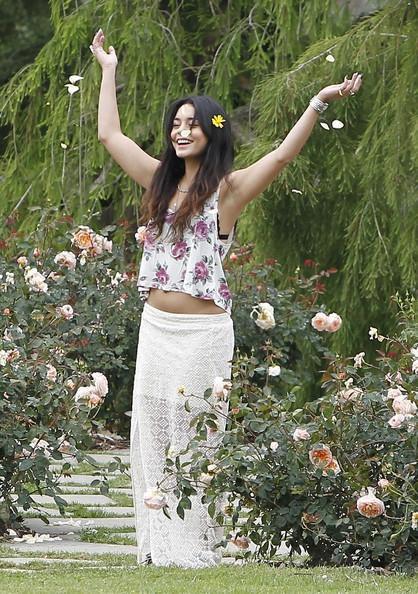 Look de vanessa en balade romantique avec austin butler - Huntington beach botanical garden ...
