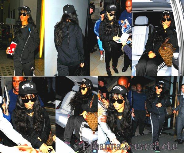 28.06.12 :Rihanna se dirige vers la salle de gym à Londres ...