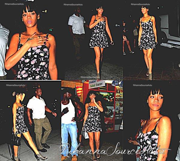 06.07.12 : Rihanna a été vu la nuit dernière rubrique au restaurant TGI Friday à New York City.