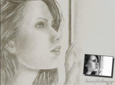 Femme Qui regarde A La Fenêtre