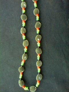 vous l'aurez compris c'est le collier assorti au bracelet lui aussi fait avec des zanzibars et des perles rouges jaunes verts noires