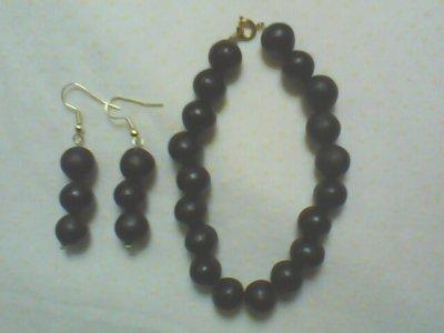 un bracelet et des boucles d'oreille fait avec des graines de savonette