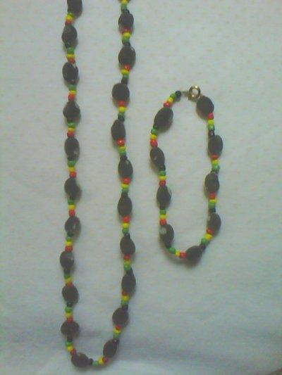 toujours pour les amoureux de cette graine veloutée grise appellée zanzibar un modèle en rouge jaune vert noir et son bracelet