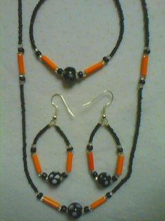 je vous présente une parure orange et noire