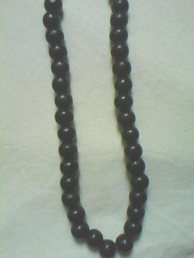 ici vous avez un superbe collier tout de noir ce sont des perles en bois