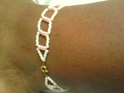 une chaine de pied rose et blanche