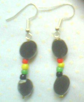 une paire de boucles faite avec des graines de zanzibar