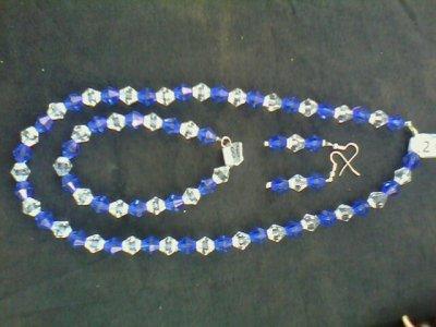 1 parure bleue et blanche faite avec des toupies