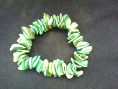 un bracelet coquillage vert