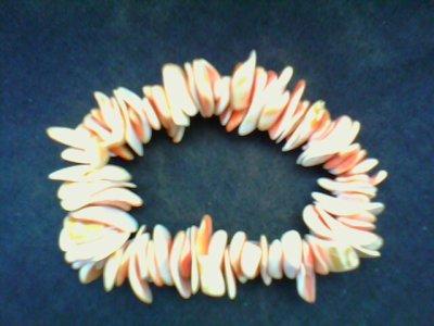 un bracelet coquillage beige