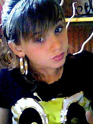- On se mort la lèvre et on sourit, Pour faire semblant comme d'habitude ...