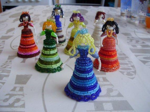 Petites dames en perles.