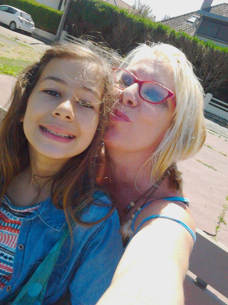 coucou de nous aujourdhui on profite du soleil zen lol  avec ma fille rania ♥♥♥♥♥