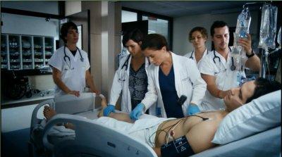 Superbe capture de Julie avec son interne et le personnelle infirmier