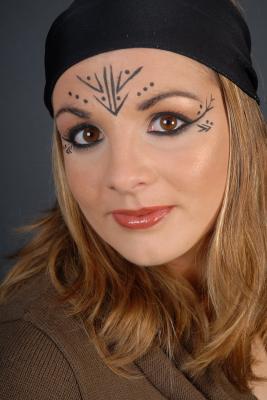Emilie en mode maquillage ethnique. merci de m\u0027avoir preter ton visage !!!  reviens qd tu veux! bisous miss