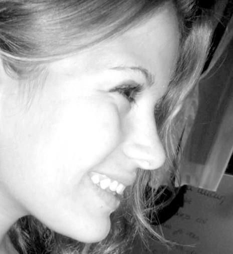 Il y a des chagrins d'amour que le temps n'efface pas et qui laissent aux sourires des cicatrices imparfaites