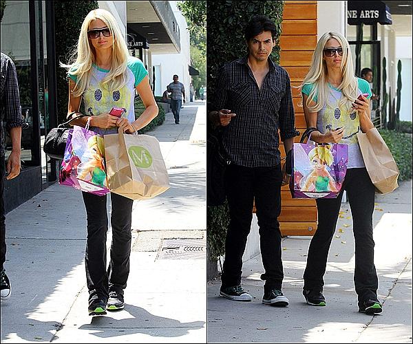 -[/align=center] 21 / 07 / 11     Paris, toute naturelle a été aperçue faisant comme d'habitude du shopping dans Los Angeles. -[/align=center]