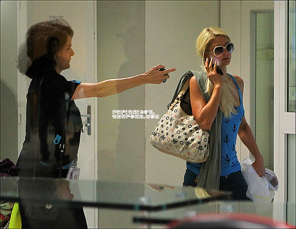-[/align=center] 03 / 08 / 11     Paris H. et sa soeur Nicky Hilton ont été aperçue arrivant à l'aéroport de Nice en France.  -[/align=center]