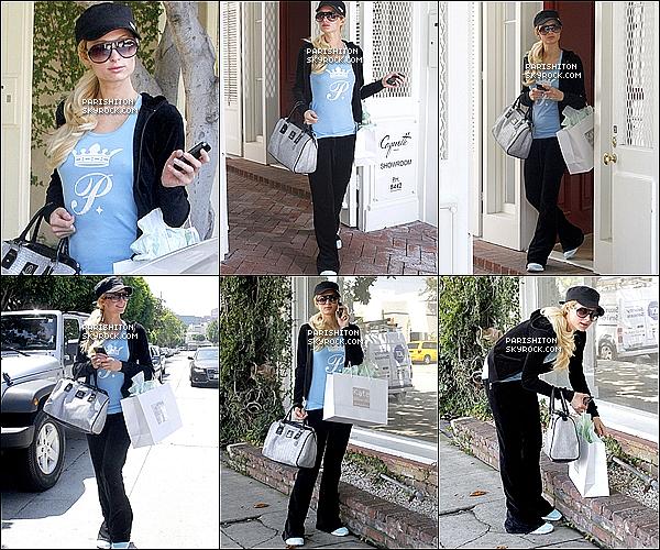 . 19/08/11 : Paris Hilton est enfin rentrer chez elle en effet car elle a été vue à l'aéroport de LAX.  Le lendemain : (20/08/11) Retour aux habitudes de Paris ce quelle sais faire de mieux le Shopping où .... dans Beverly Hills.    .