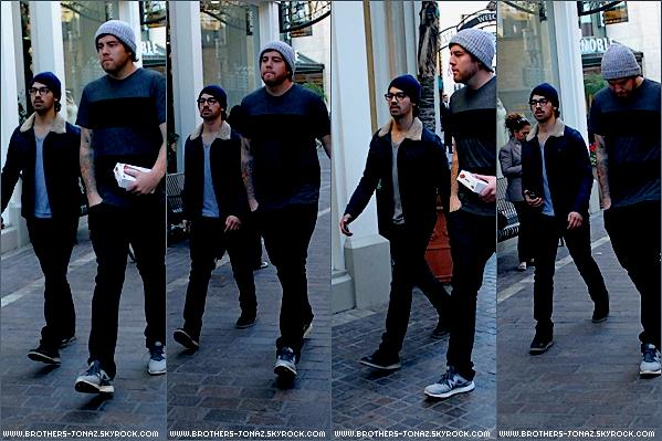 4 Janvier 2013 : Joe au Groove avec un ami , en Californie.