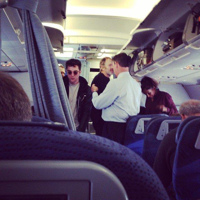 Nouvelle photo de Robert Pattinson dans un avion quittant Toronto pour Los Angeles (10/04/2014)