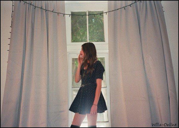 Une nouvelle série de clichés personnels et variés pris par une amie à Willa Holland, Stella,  est apparue récemment sur le net. Elle est resplendissante et les photos sont très artistiques! :)