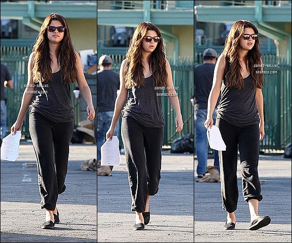 - 06/08/12_ Selena Gomez a été aperçu sur le tournage de son nouveau film, dans le quartier de Van Nuys (L.A)   -