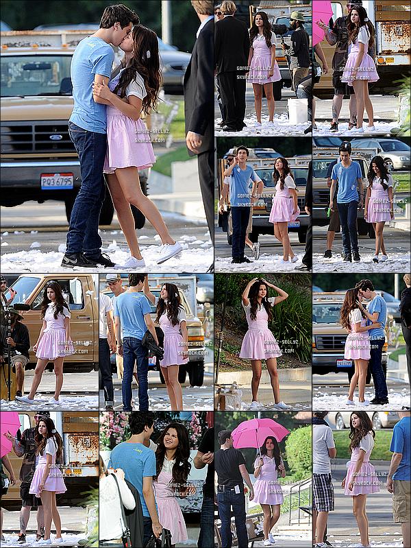 - 10/08/12_ Selena  et sa co-star Nat Wolff ont été apperçus sur le plateau de tournage de leur nouveau film _.__Lors de cette scène nous pouvons voir un baiser entre les deux acteurs. __Qu'en penses-tu? As-tu hâte de voir ce film?  -
