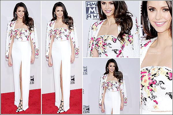 """22/11/2015 :  La belle Nina étais présente aux """"American Music Awards 2015"""", qui étais à Los Angeles. Miss Nina étais vraiment très élégante pendant cette cérémonie, le maquillage et la tenue sont vraiment top, c'est pour cela qu'elle mérite un top."""