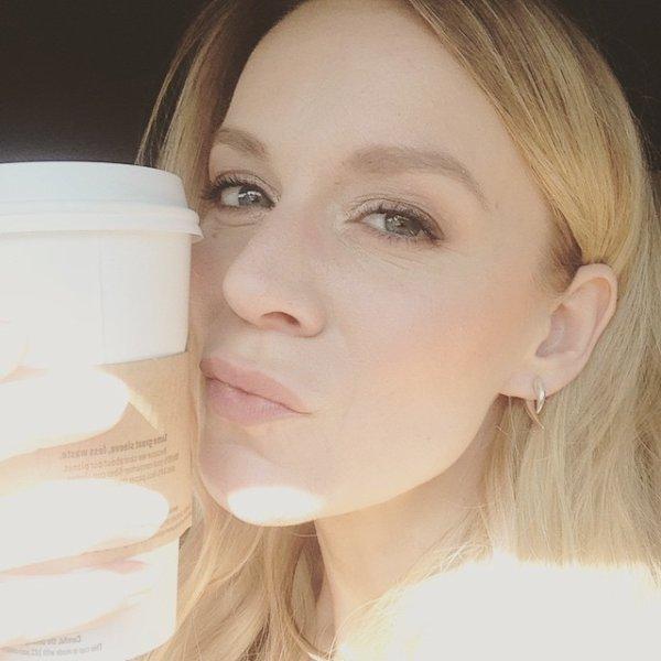 """Le 3 juin 2015, Vé a posté une sublime photo sur les réseaux sociaux La photo a été prise juste avant de participer à """" The morning Blend """" Le 14 Juin 2015, Vé a posté une photo d'elle et ses Voicettes"""