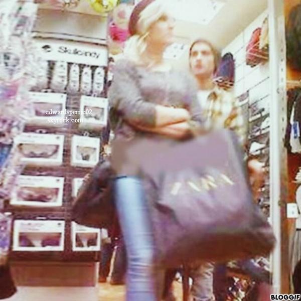 le 12/09/2012 perrie et zayn fesant du shopping a londre