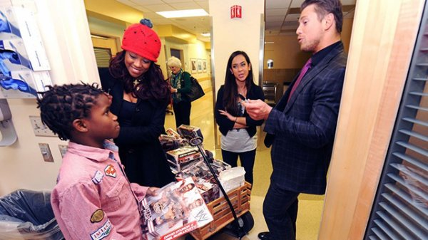 The miz, alicia fox et aj  qui rende visite à des enfants à l'hopital ....