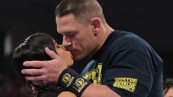 AJ et John Cena s'embrasse à Raw !!!