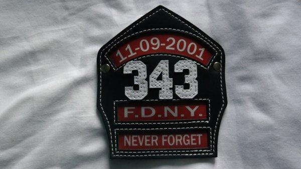 superbe  plaque de casque  du  F.D.N.Y  11-06-2001