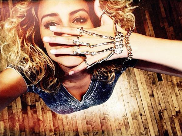 0 Tori Kelly a ajouté deux photos personnelles sur son compte Instagram :