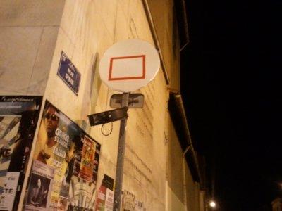 Pannier de Basket avec cercle d'une poubelle montée en haut d'un poteau et le dessin d'un rectangle rouge....