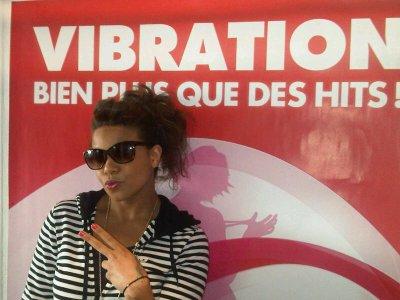 Melissa devant les locaux de la radio Vibration !